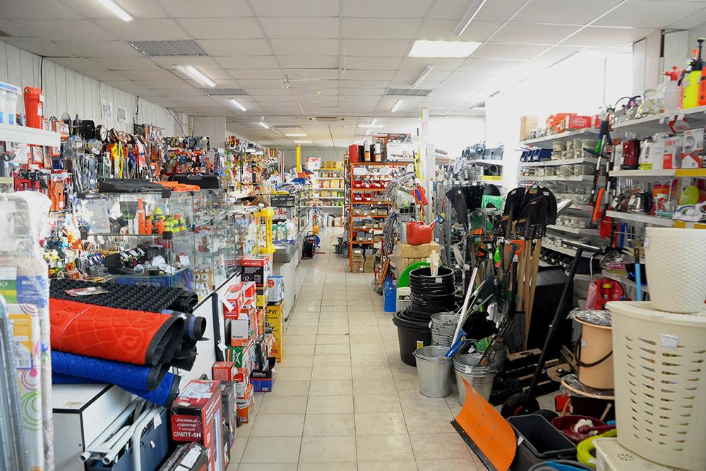 Это типичный универсальный магазин на строительном рынке. Здесь можно найти все: отгладильных досок до пистолетов длямонтажной пены. Цены выше, чем вгородских супермаркетах, примерно на 15—20%