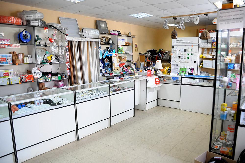 А это профильный магазин электротоваров на строительном рынке. Сюда можно зайти и проконсультироваться насчет лампочек, розеток ит.д.