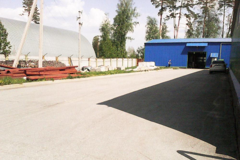 Это складская зона на строительной базе. Дляпосетителей здесь в лучшем случае есть столовая и туалет