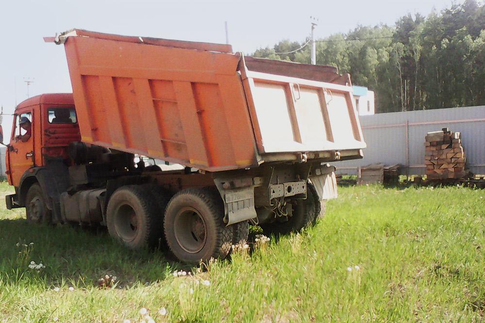 Вот такой грузовик щебня мне привезли из ближайшего карьера