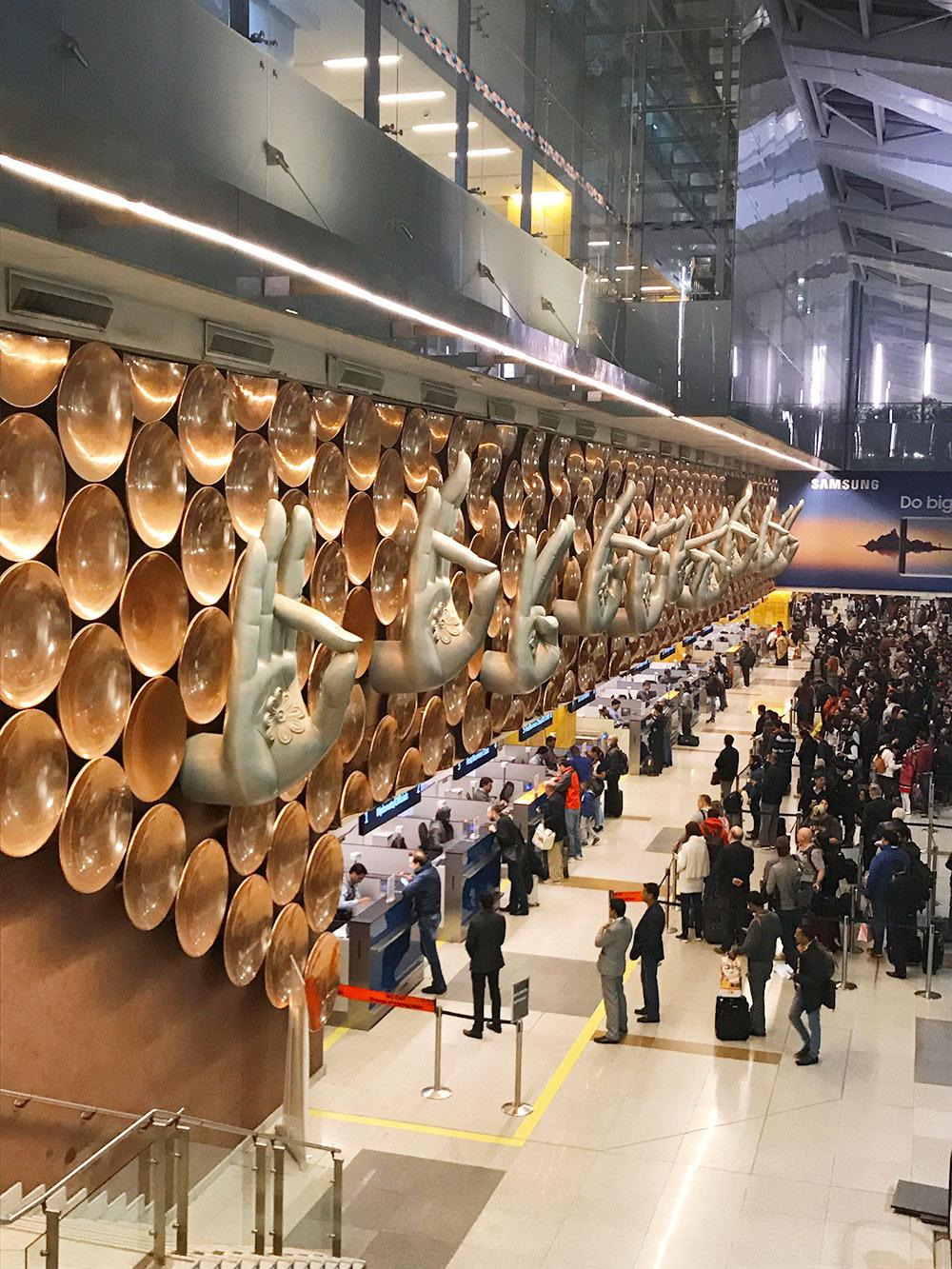 В аэропорту имени Индиры Ганди в Дели на стене есть огромные мудры — пальцы рук, сложенные в жесте благословения