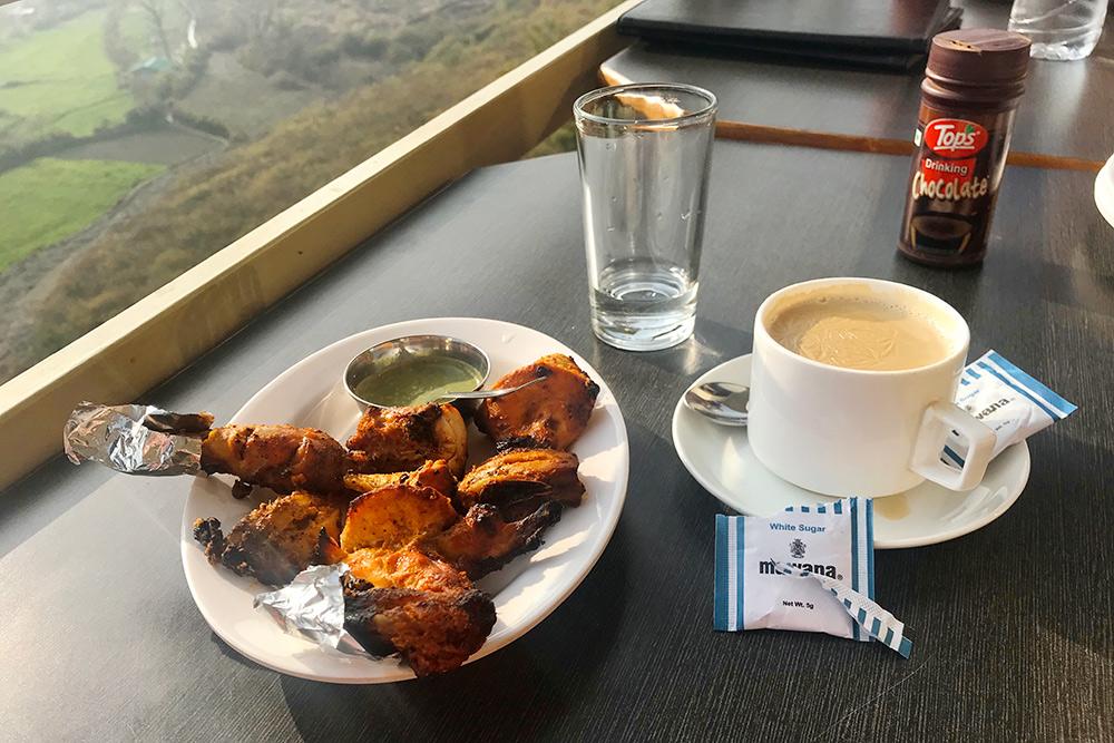 Из местных блюд мне особенно понравился тандури чикен— курица, запеченная всоусе