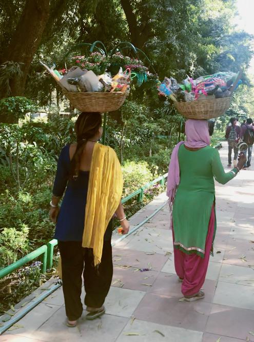 Местные женщины продают различные безделушки, с легкостью нося товар на голове