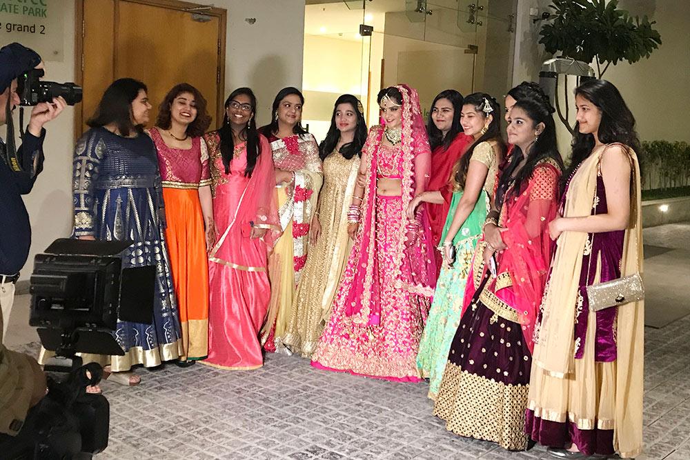На свадьбу женщины надевают свои самые лучшие наряды, выглядят ярко и празднично