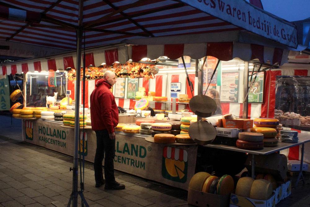 Сырный ряд на рынке в центре Энсхеде
