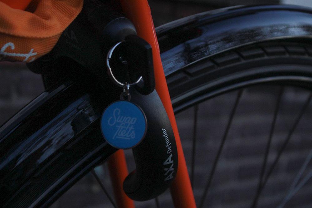 Обязательное условие аренды — всегда закреплять велосипед на два замка