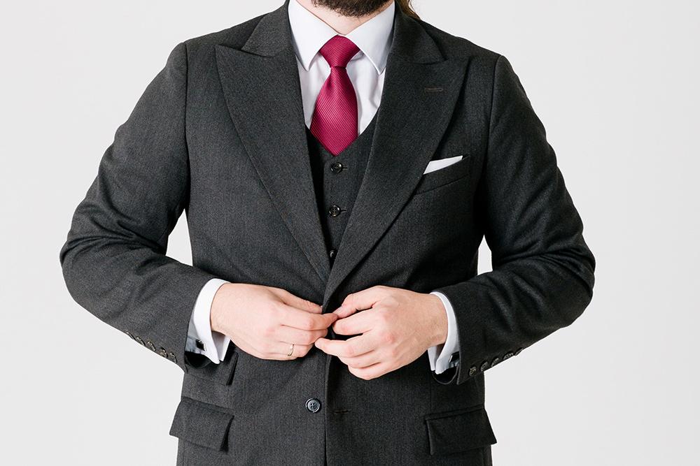 Мне нравятся пиджаки сширокими заостренными лацканами. Ксожалению, пиджак стакими лацканами сейчас сложно найти вмагазинах: они вышли измоды вдевятнадцатом веке и сейчас только начали обретать вторую жизнь