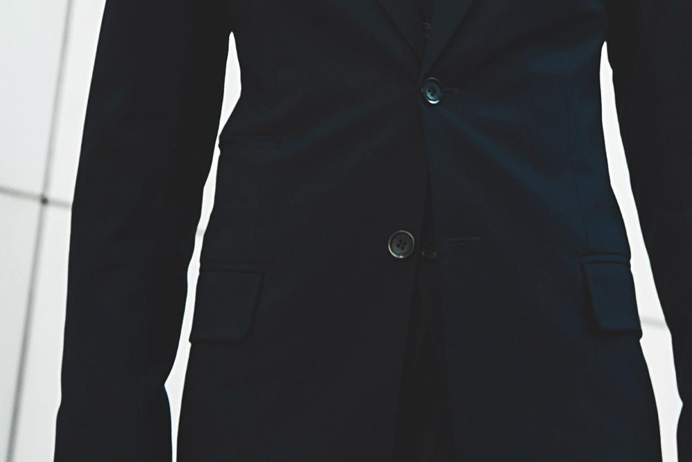 На этом пиджаке карманы прорезные и склапанами. Надправым карманом есть небольшой дополнительный карман безклапана: втаком встарину носили карманные часы. Сейчас тамудобно носить деньги или билеты