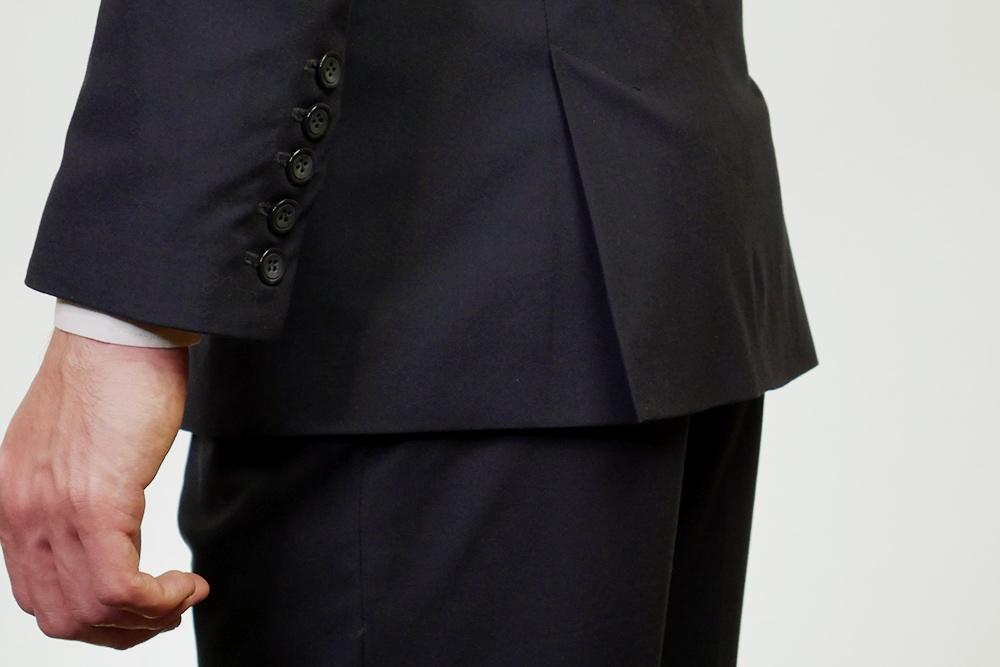 Как бы ты ни наклонялся в пиджаке сдвумя шлицами, спинка пиджака будет надежно прикрывать тыл. Если напиджаке будет одна шлица поцентру, топринаклоне она предательски разойдется