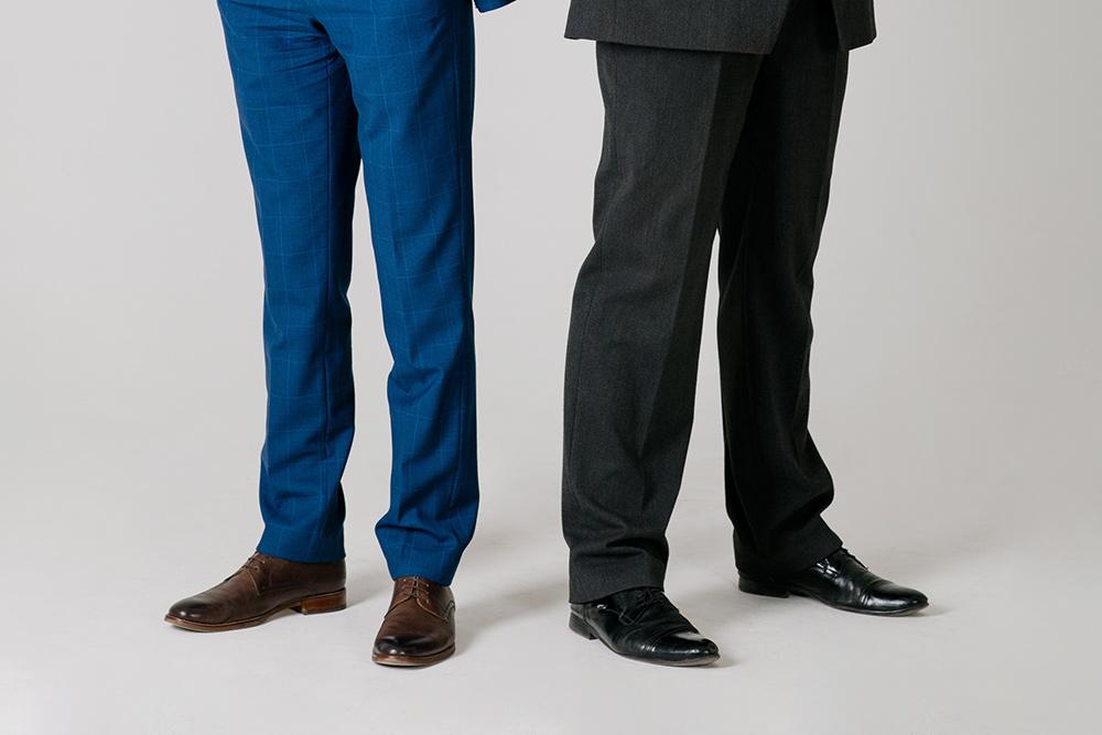 Серые брюки классические, синие — немного укороченные и зауженные. Хотя впоследнее время мода изменилась так, что стандартом стал фасон как усиних брюк