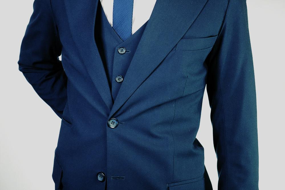Если от пуговиц расходятся такие складки, это значит, что пиджак мал. Большой пиджак можно ушить, а вот расшить маленький невозможно. Неберите пиджак, который сидит стакими складками: единственное, что можно сделать, чтобы такой пиджак стал впору, — похудеть