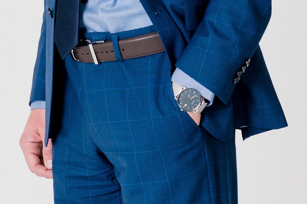 Длина рукавов пиджака и рубашки идеальна: рубашка заканчивается вначале запястья, рукав пиджака — насантиметр-два выше