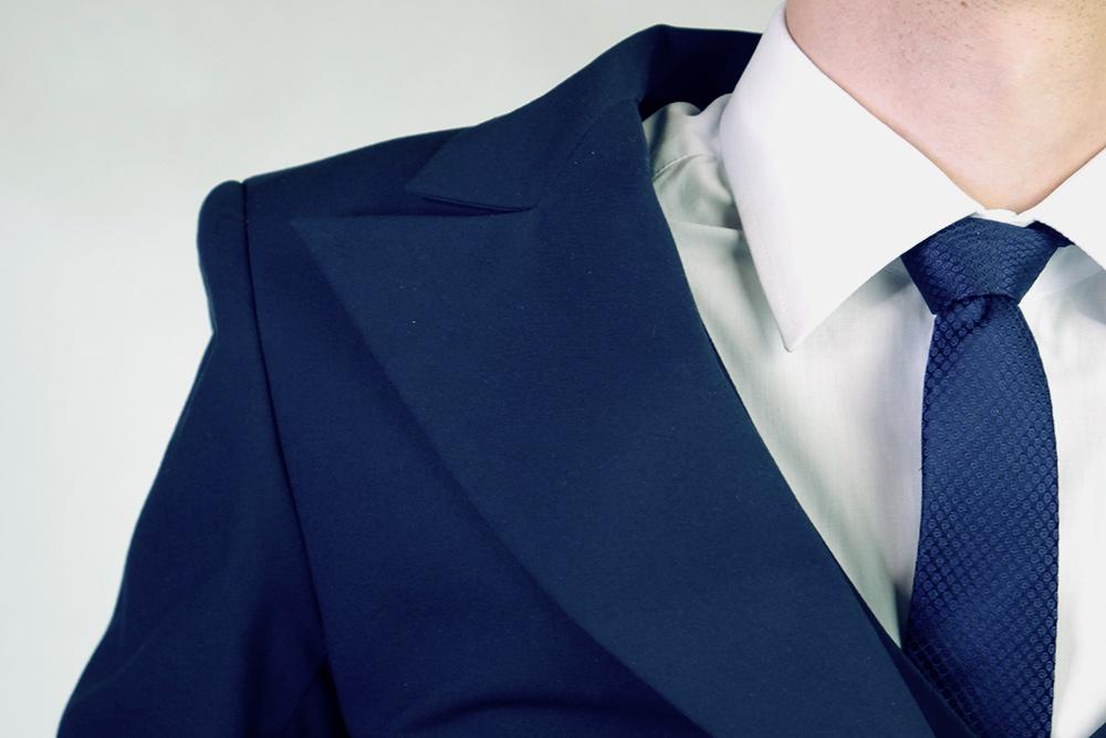 Свисающие плечи легко определить похарактерному залому на стыке рукава и плеча. Ушить такой пиджак можно, нозадача дляпортного будет сложной: придется перекраивать чутьли не весь пиджак
