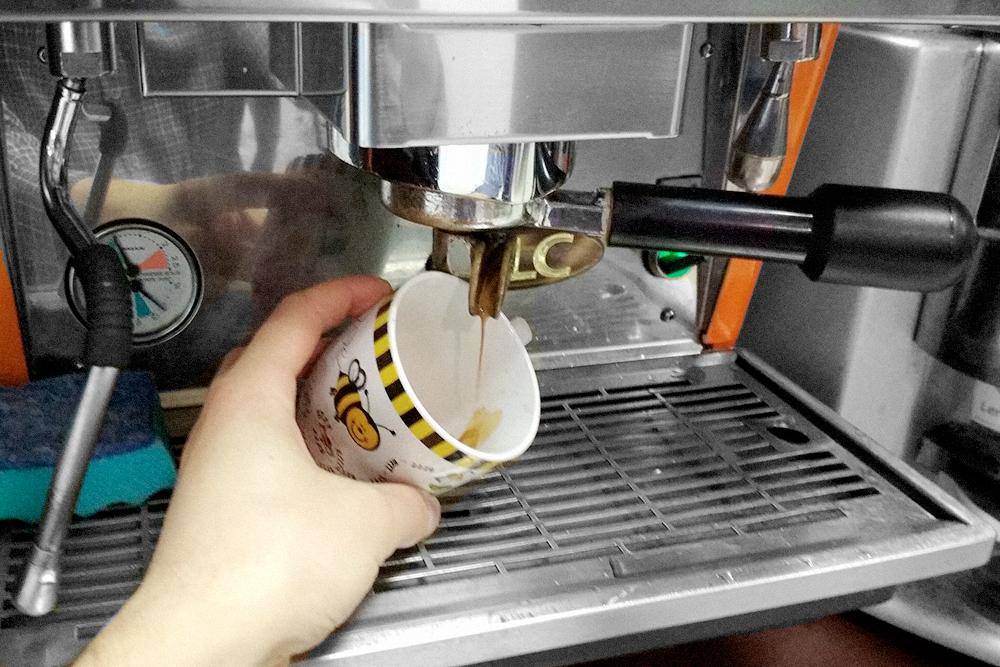 Признак мелкого помола: струйка эспрессо тонкая, как мышиный хвостик, потому что воде сложно пройти сквозь таблетку