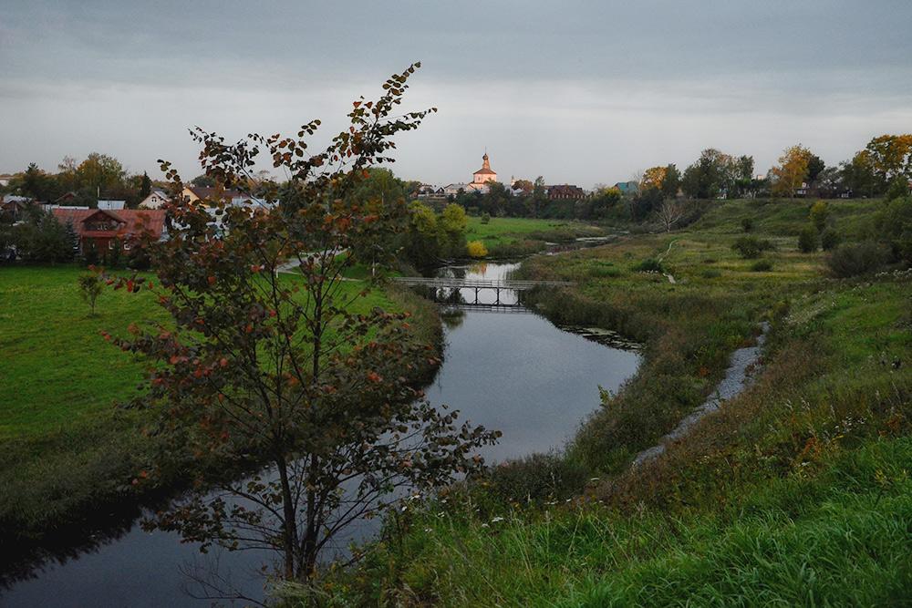 Со смотровой площадки открывается вид на Крестовоздвиженскую церковь. Мы еще ее встретим на маршруте