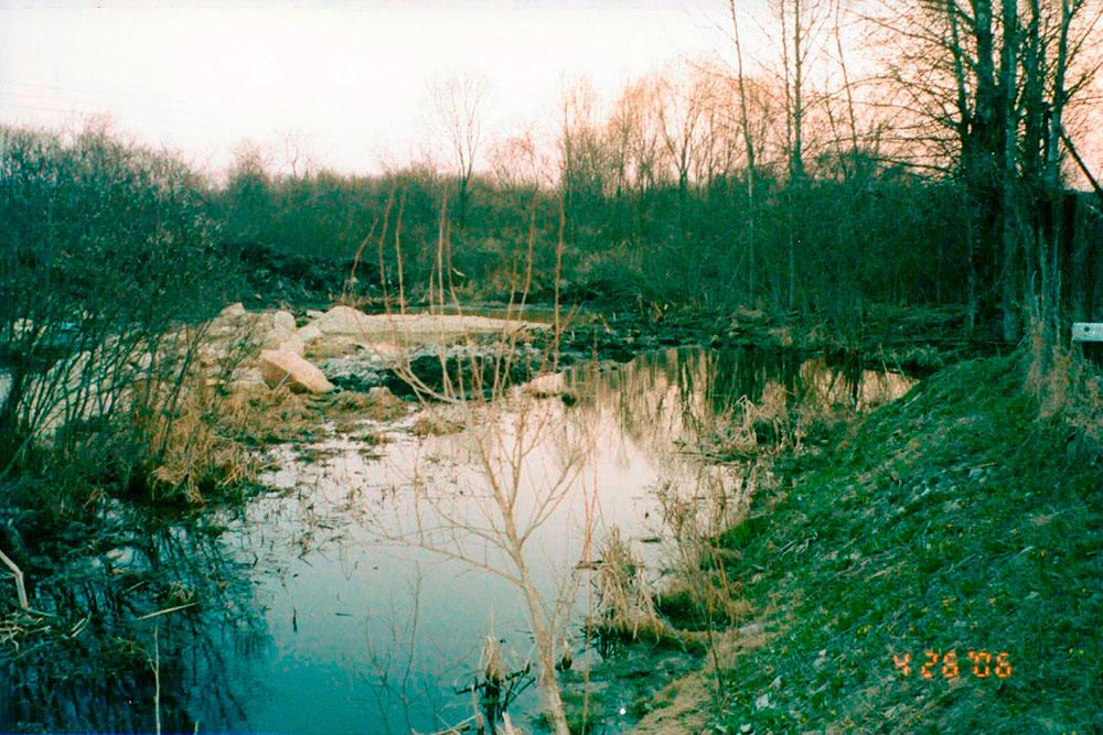 Новый участок был сильно заболочен. Перед строительством его осушили, провели дренажные канавы и сделали пруд