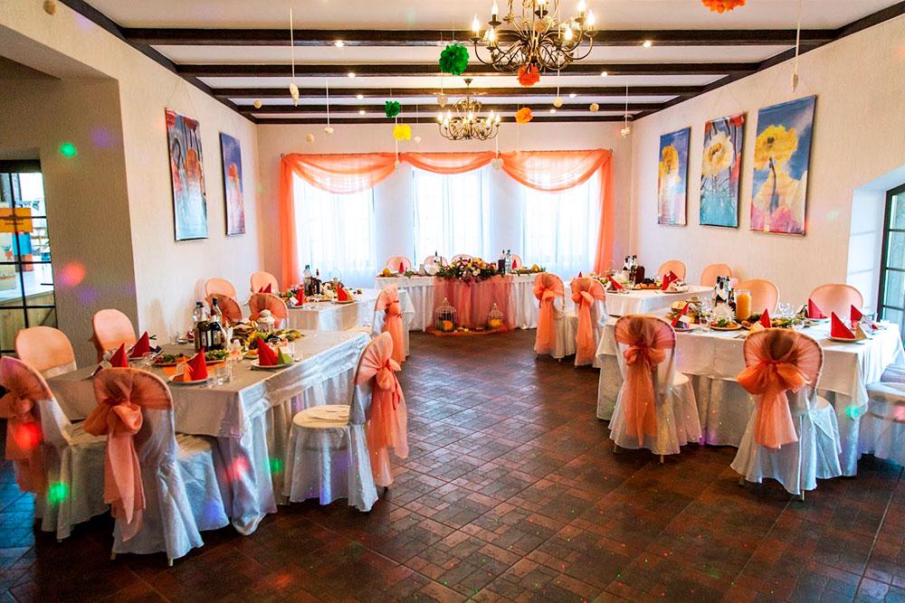 Зал с выходом на террасу вмещает 50 человек и подойдет длякамерной свадьбы или юбилея