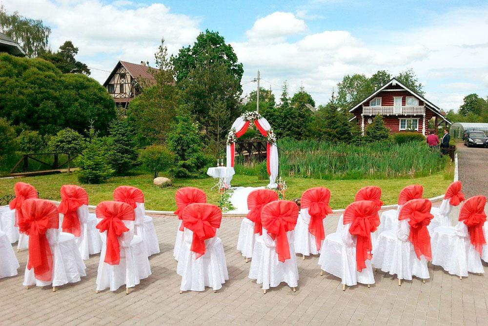 Чехлы на стулья в основном белые, а цвет накидки и размер банта — это выбор молодоженов. На участке пять мест, где можно провести церемонию, и декор подбирают к месту