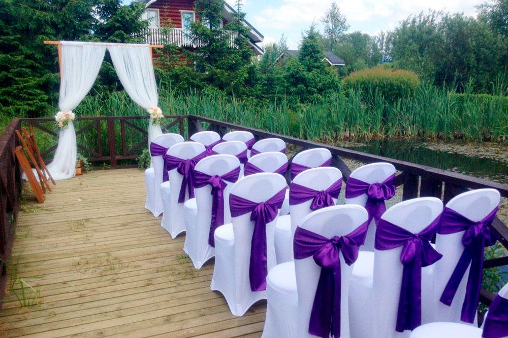 Одно из популярных мест для выездных церемоний — помост на пруду