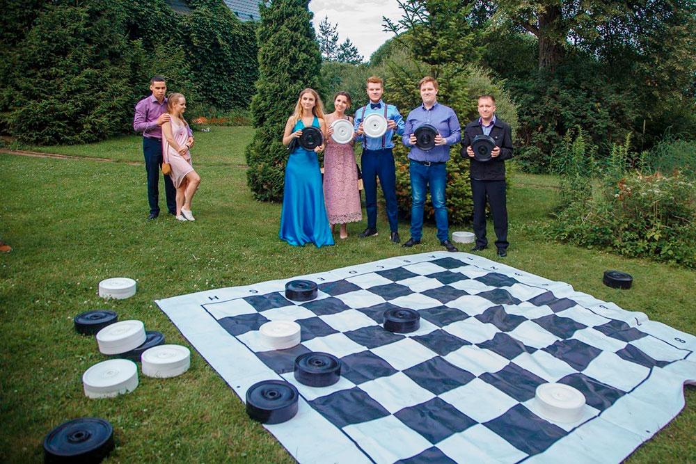 Пока одни гости любуются окрестностями, другие устроили в саду соревнования в шашки. Победная ничья