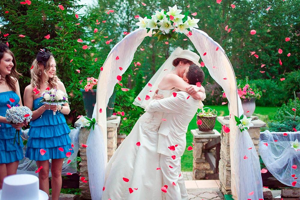 Выездная регистрация на террасе. Наряд подружек невесты, музыку, арку с лилиями и салют из лепестков роз выбирали молодожены. За быструю и бесшумную уборку, 5 розеток дляаппаратуры на террасе и широкие зонты на случай дождя отвечала Ирина