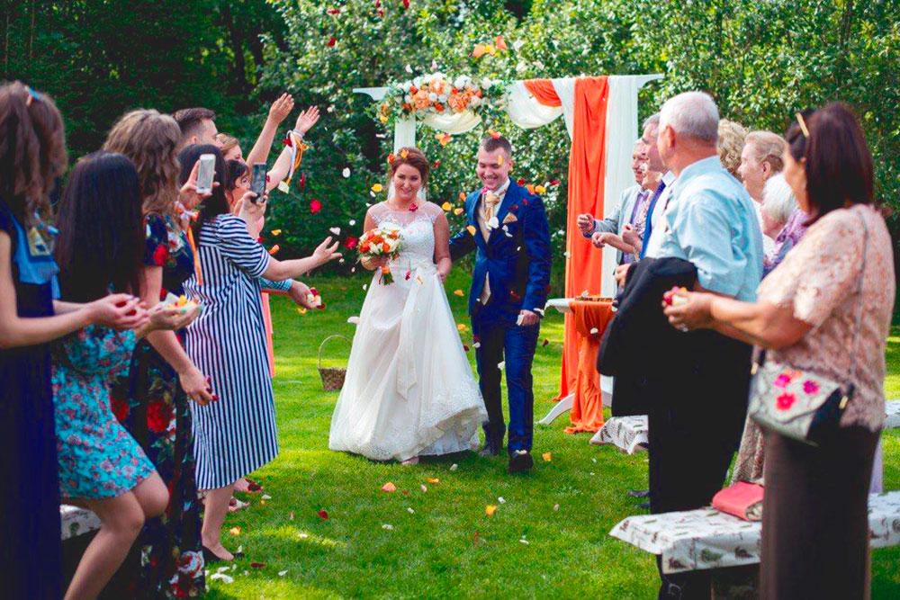В 2016 квадратный портал драпировали материей в тон букету невесты