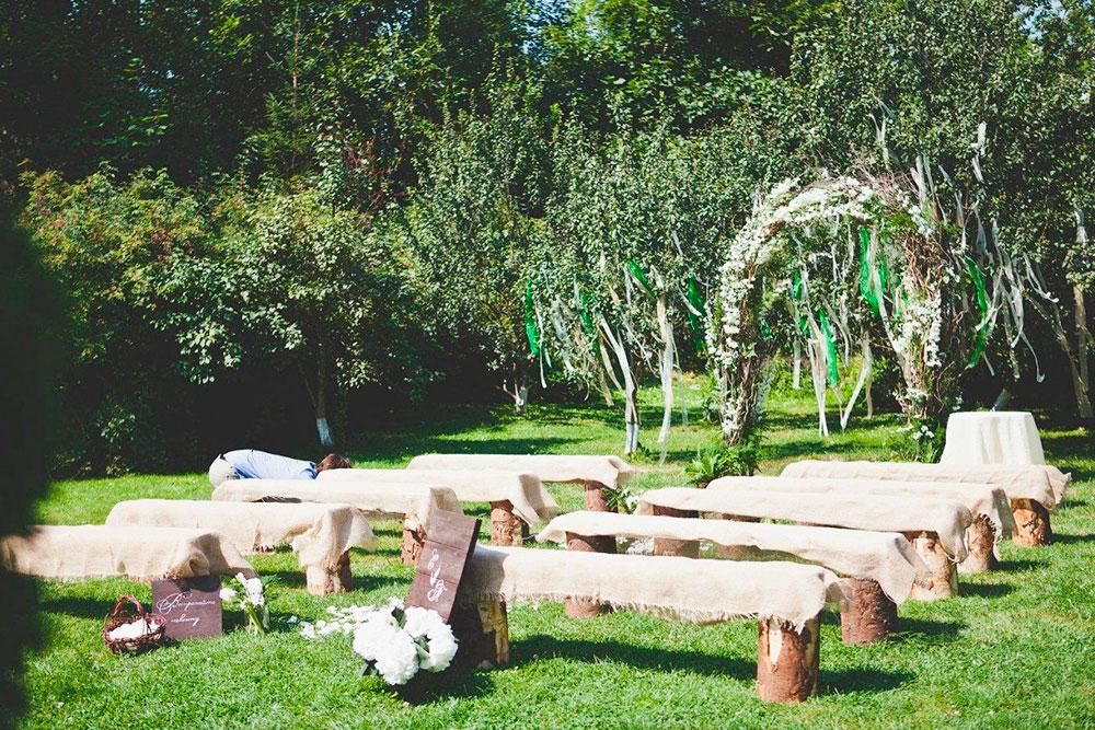 В 2018 году в моде были арки из живых цветов — чтобы они не завяли, декоратор оформлял площадку за несколько часов до церемонии