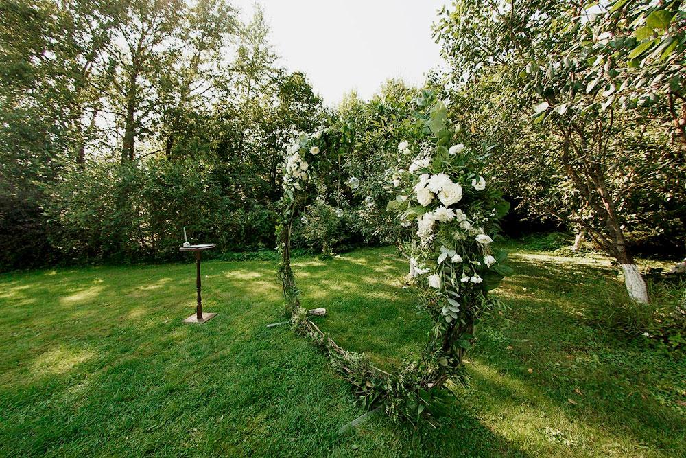 Чтобы создать такую арку, нужен ящик еловых веток, 71 белый цветок разного размера и 8 часов работы декоратора