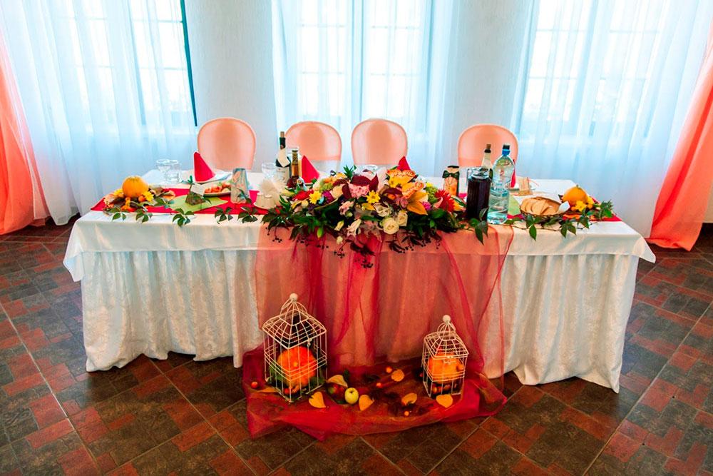 Флористы и декораторы преображают зал. Вариант «Золотая осень»