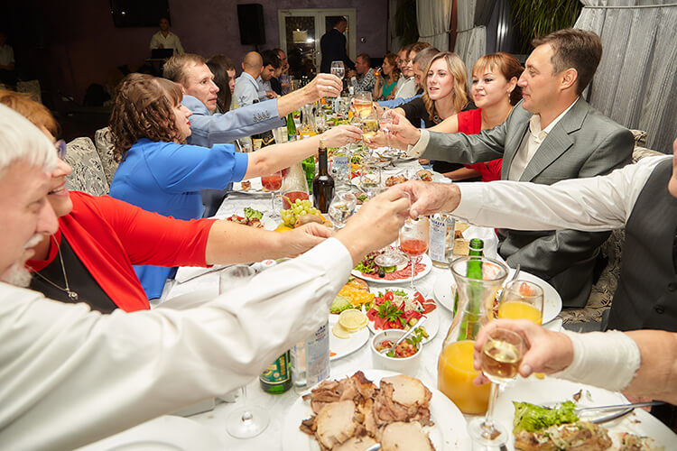 Мясные нарезки гости съели в первую очередь, за ними — соленья и салаты
