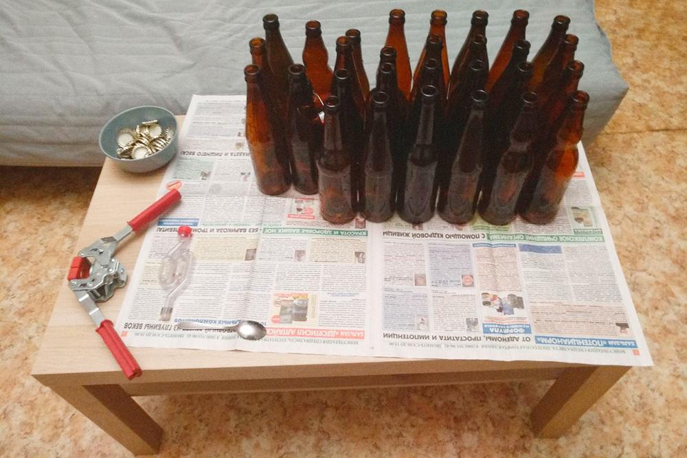 Чистые бутылки, миска с кроненпробками и укупорочная машинка готовы к работе