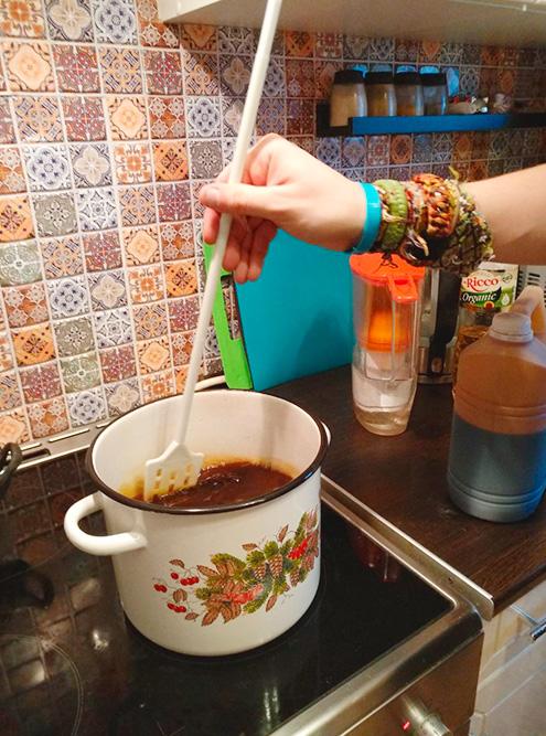 Подсусло подойдет любая кухонная утварь. Она не пострадает в процессе, и ее можно будет дальше использовать дляготовки