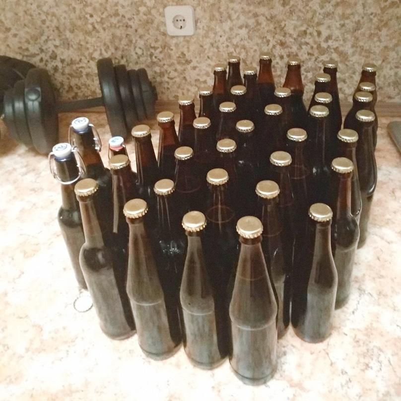 Пиво в бутылках, большинство с кроненпробками и три с бугельными пробками