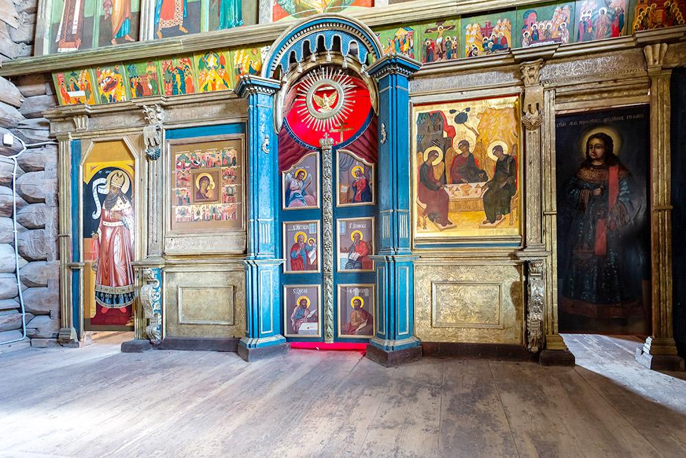 Свет извысоко расположенных окон красиво выделяет иконостас. Его конструкция сохранилась с17—18 веков, однако сами иконы— копии. Оригиналы хранятся вХудожественном музее Казани. Источник: FotograFFF/ Shutterstock