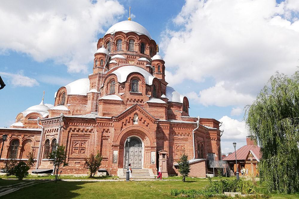 Скорбященский собор построен в1906году внеовизантийском стиле, онукрашен крестами, геометрическими фигурами, полуколоннами между окнами