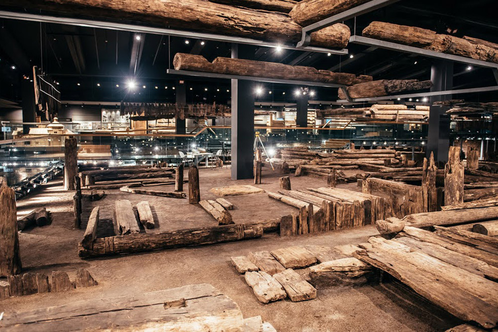 Может показаться, что это просто гора деревяшек или старый склад пиломатериалов. На самом деле это настоящий археологический раскоп с домами 16—18 веков. Здесь каждая вещь — реликвия. Источник: «Инде»