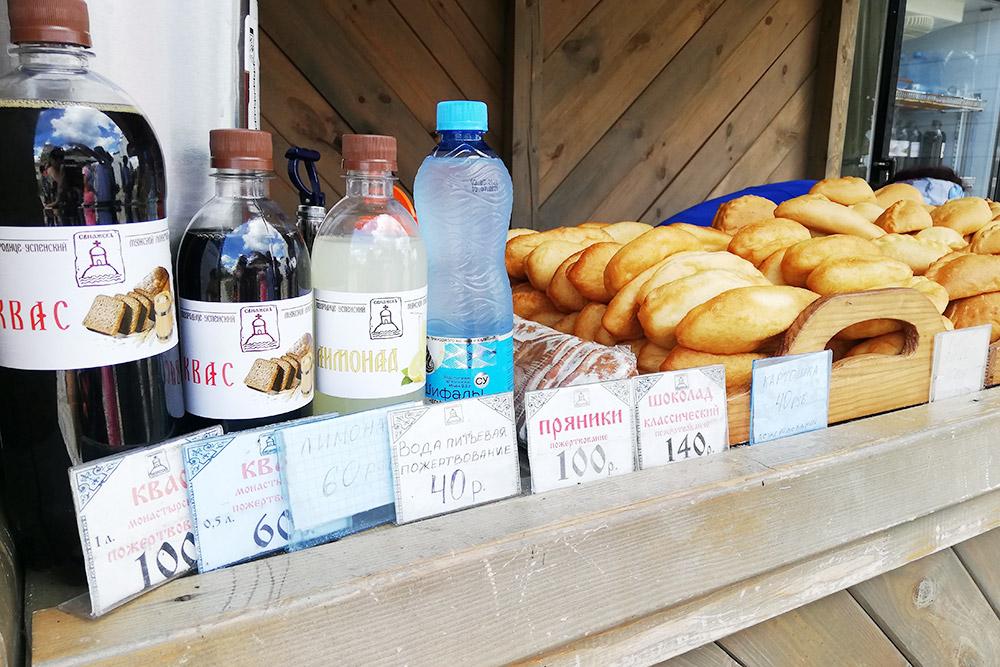 Рядом с&nbsp;«Ленивым торжком» и&nbsp;на&nbsp;«Конном дворе» можно купить квас и&nbsp;медовуху. А&nbsp;на&nbsp;территории монастырей продают воду, квас и&nbsp;пирожки. Почти все пирожки стоят 40—50<span class=ruble>Р</span>