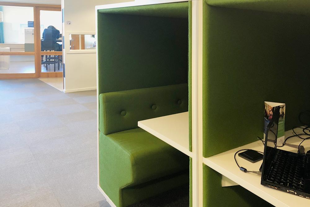 По всей библиотеке раскиданы вот такие уютные зоны, в которых можно почитать книгу или подготовиться к занятиям