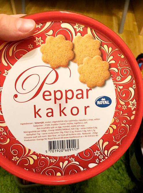 Это местное пряное печенье. Шведы очень любят намазывать на него голубой сыр с плесенью и есть вприкуску с кофе. Одна упаковка такого печенья стоит около 22 kr (188<span class=ruble>Р</span>)