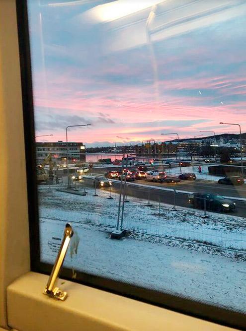 Это тоже утро, где-то 8:30. В Швеции поздно светает и рано темнеет