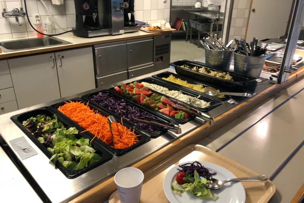 Так выглядит шведский стол в Швеции: бери что хочешь, ешь сколько влезет
