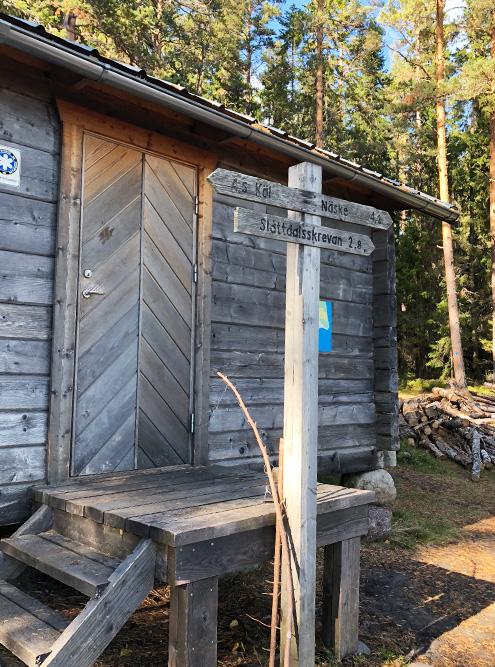 В национальном парке есть вот такие деревянные домики, где туристы могут бесплатно переночевать. Главное — успеть занять домик, ибо желающих очень много