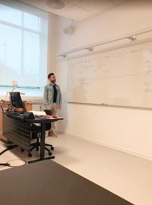 Учебные классы очень хорошо оборудованы. Есть даже автоматическая шторка, которая сама опускается, когда за окном слишком светло, и поднимается, когда в помещении не хватает солнечного света