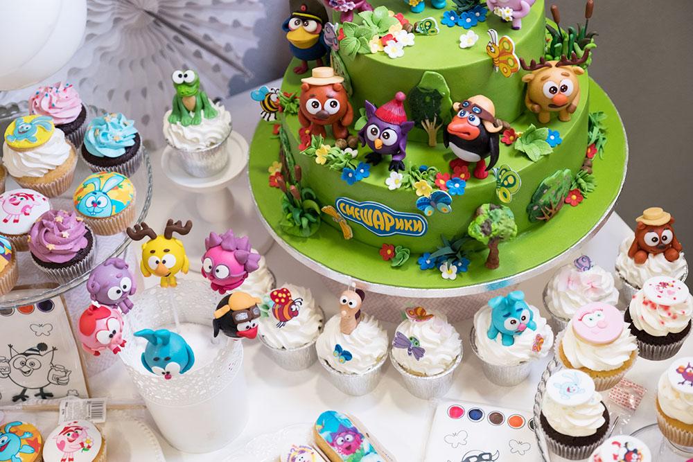 Примеры торта и капкейков со «Смешариками», которые «Свитклаб» предлагает кондитерским-партнерам