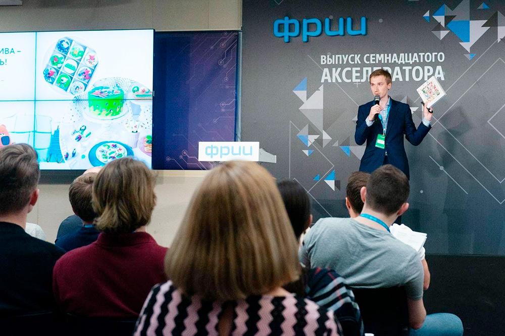 Виталий презентует обновленный «Свитклаб» на выпуске акселератора ФРИИ
