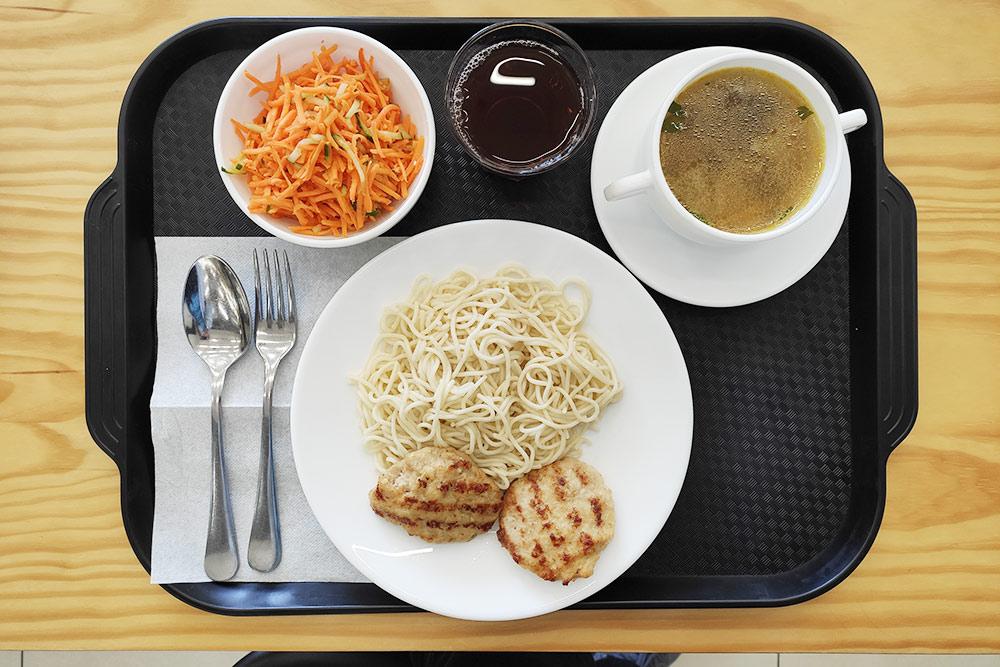 Этот салат, пожалуй, самый невкусный в нашей столовой, хотя что морковку, что огурцы я люблю