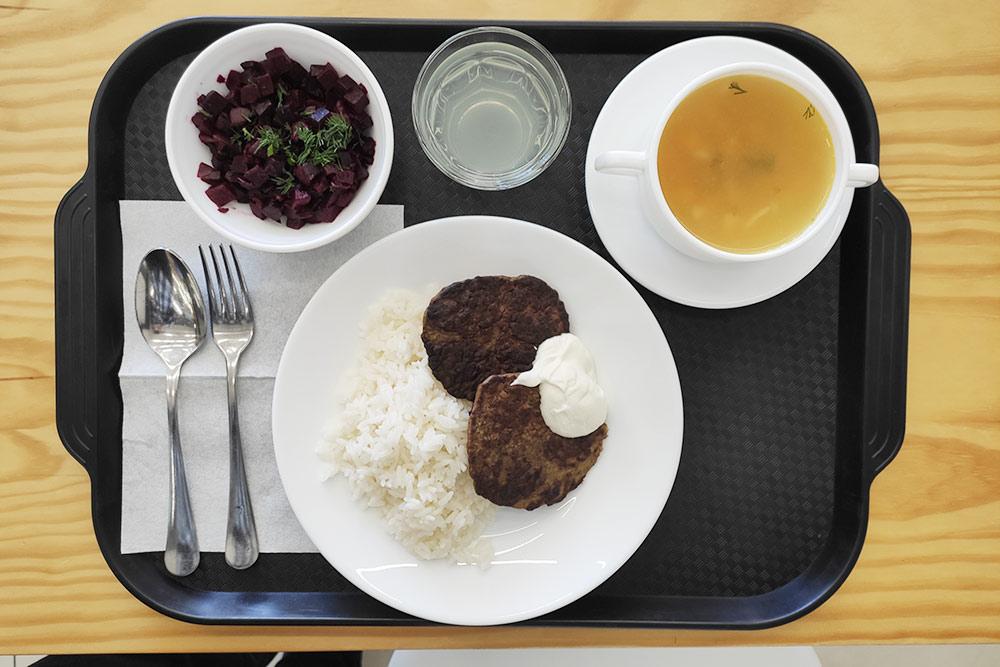 Свекла с зеленью, гороховый суп, рис с печеночными оладьями и цитрусовый напиток безсахара. Судя по горечи, в нем явно есть лайм