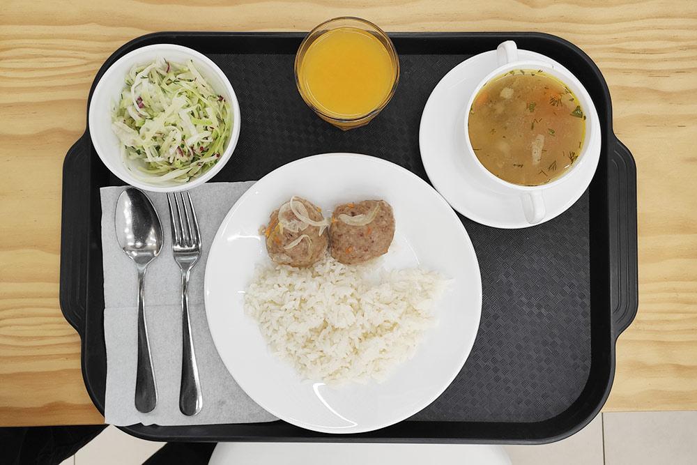 Салат из капусты с редисом и огурцом, грибной суп, рис с котлетками и облепиховый морс безсахара