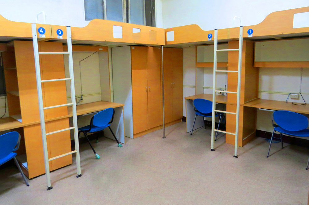 Обычная комната в тайваньской общаге — кровати наверху. Источник: Ntupes.edu.tw