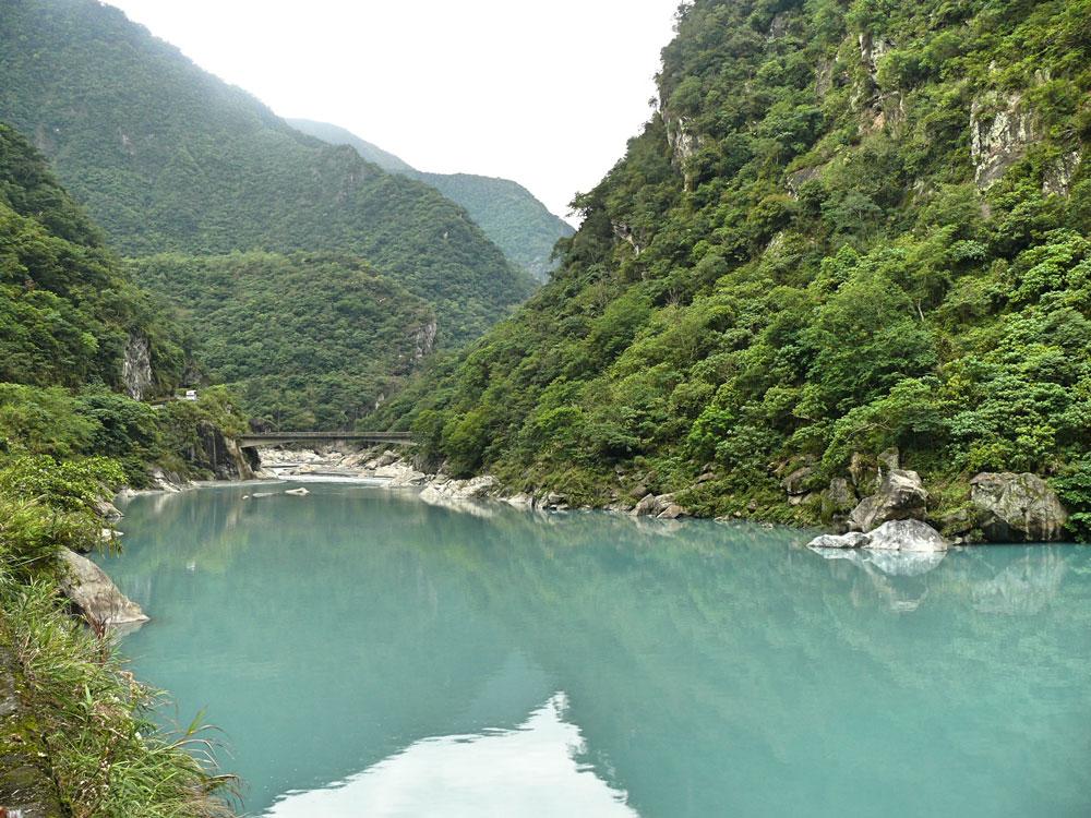 На Тайване красивые горы и много национальных парков с каньонами и ущельями. Эти — в природном парке Тароко